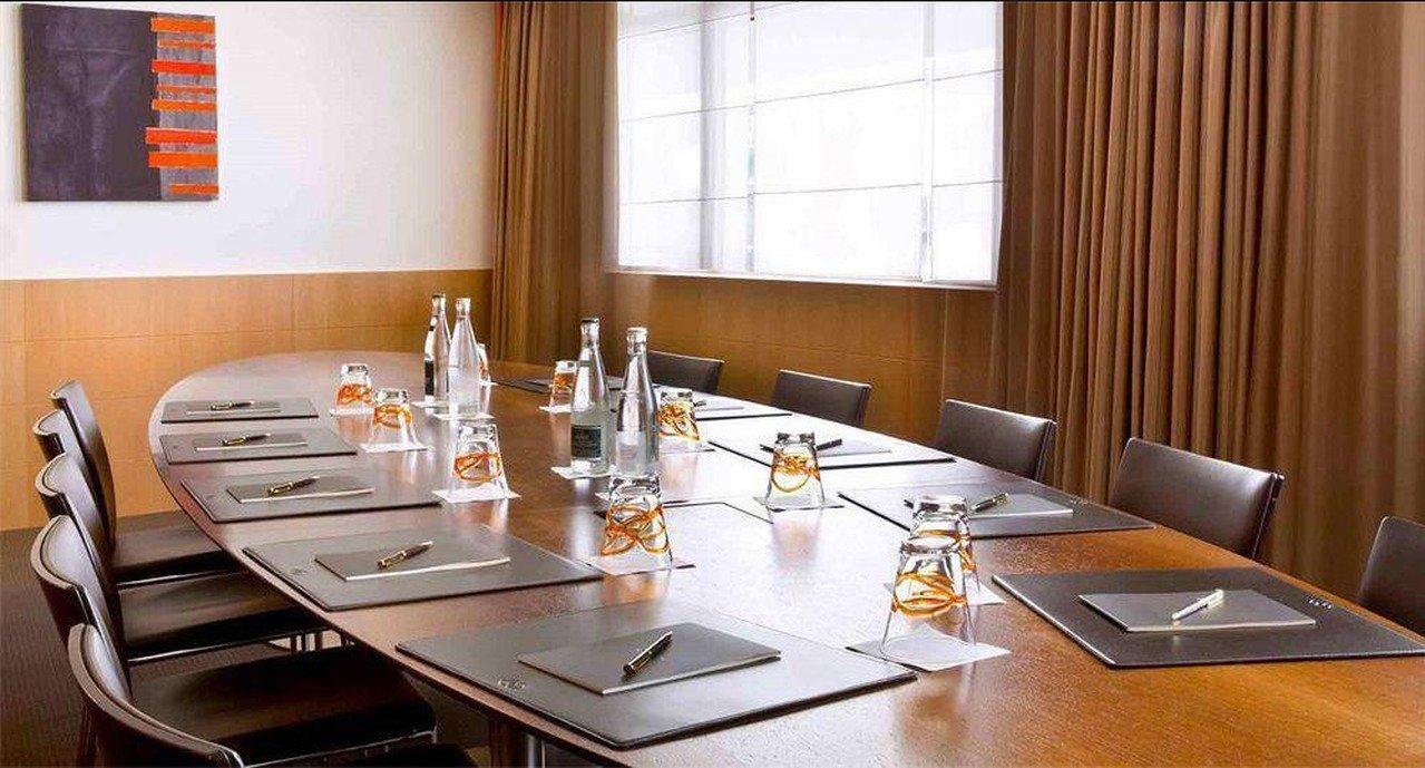 Paris corporate event venues Salle de réunion Sofitel - Meeting Room image 0