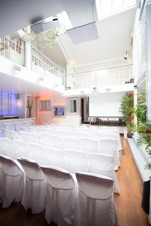 Paris corporate event venues Salle de réception LE LOFT, espace de 100, 200 ou 300 m2 avec 8 m de hauteur sous verrière  image 4