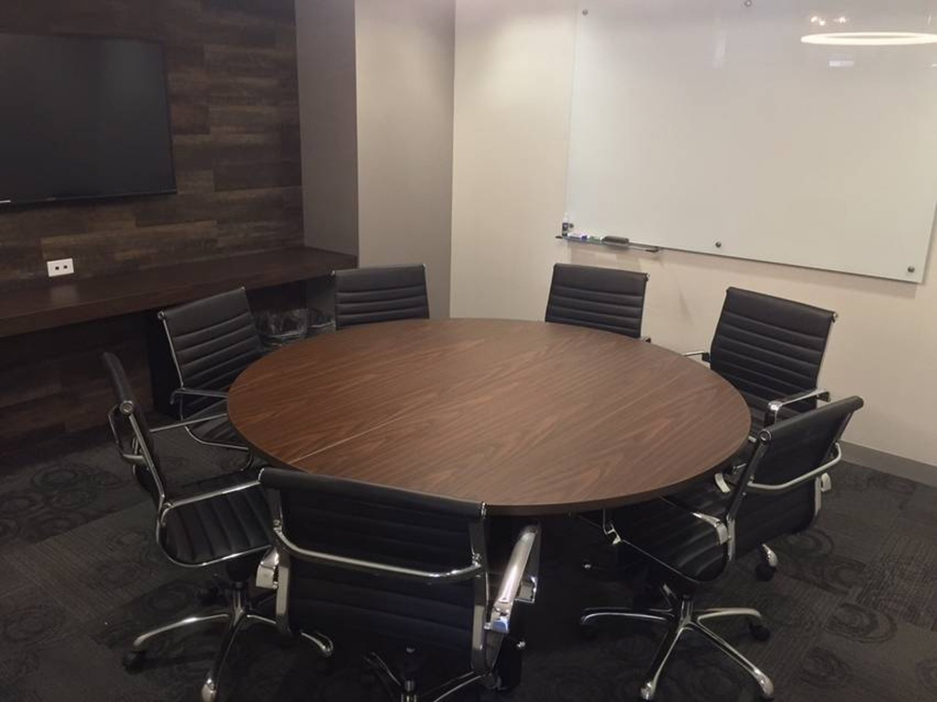 NYC conference rooms Salle de réunion Corporate Suites Round Table Conference Room 20C image 0