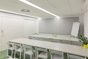 Barcelona training rooms Coworking space Start2bee Travessera image 3