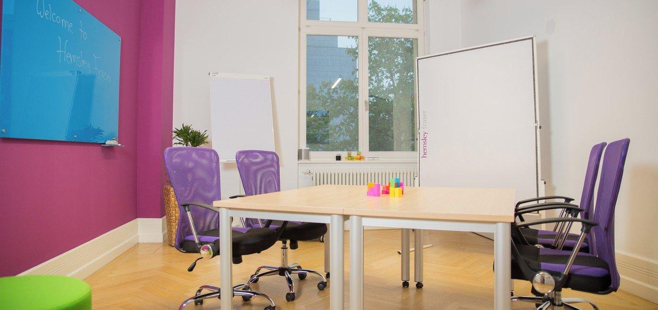 Frankfurt workshop spaces Meeting room Trainingroom Pink image 0