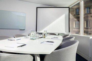 Frankfurt   Hochwertiger und funktionaler Meetingraum bei WorkRepublic image 1