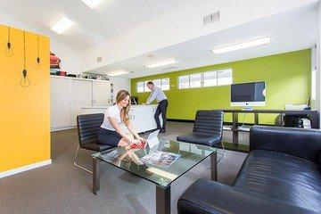 Brisbane conference rooms Meetingraum Scarborough Business Centre - Yellow Meeting Room image 1